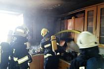 Z oken domu se kouřilo, hořela kuchyňská linka.