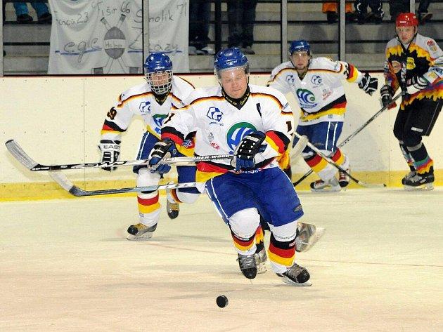O čtrnáct branek by museli prohrát hokejisté Hronova (v bílém)  v nedělním utkání s Novou Pakou, aby  právě ona opanovala krajskou ligu po druhé části.