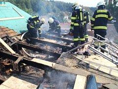 Při sváření lepenky shořela střecha rodinného domu v Červeném Kostelci.