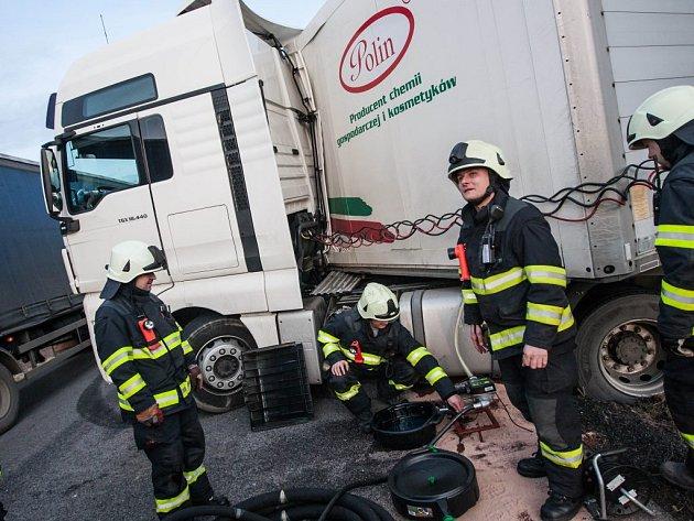 NEHODA KAMIONU blokovala dopravu na hlavním tahu mezi Náchodem a Jaroměří.