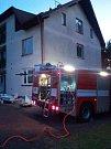 Požár na střeše bytového domu v ulici Bělská v Polici nad Metují.