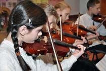 VERNISÁŽ zahájil místní dětský pěvecký sboreček a slavnostní atmosféru podtrhly klasické skladby i české koledy v podání dětského smyčcového souboru Penguins ZUŠ Náchod.