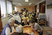 Mladí broumovští fotbalisté vyzvali broumovské seniory na Člověče, nezlob se.