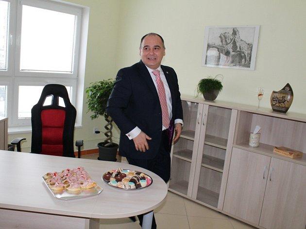 Náchodský starosta a po říjnových volbách také poslanec Jan Birke si pořídil novou poslaneckou kancelář přímo v domě v sousedství náchodské radnice.