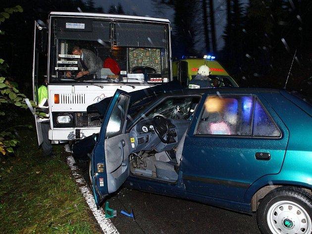 Dopravní nehoda osobního vozidla a autobusu poblíž Nového Hrádku si vyžádala tři zraněné.