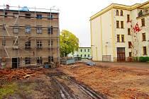 """BUDOUCNOST PRO SENIORY. Vpravo je současný Dům s pečovatelskou službou, vlevo za lešením budoucí Komunitní dům seniorů, kde vznikne deset nových bytových jednotek. Mezi oběma objekty je prostranství, které vzniklo po demolici """"překážejícího"""" domu."""