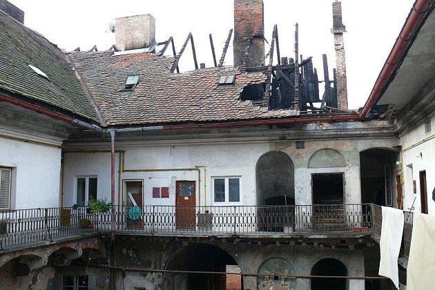 Bytový dům v Josefově po požáru.