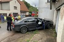 Dvaatřicetiletý řidič při průjezdu mírnou levotočivou zatáčkou nezvládl řízení, a čelně narazil do domu. Nejenže policistům nepředložil ani řidičský průkaz ani osobní doklady, ale při dechové zkoušce nadýchal 2,31 promile alkoholu.