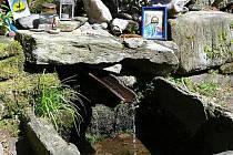 STUDÁNKA V HORNÍM MARŠOVĚ má dobrou vodu, její kvalita se však hlavně po prudkých deštích ocitá v ohrožení. Potřebuje tedy posílit zabezpečení pramene.