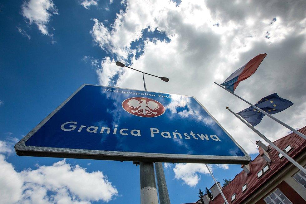 Mezi Českou republikou a Polskem lze opět volně cestovat. Jak kvůli turistice, tak za nákupy - zejména na polskou tržnici nedaleko Náchoda.