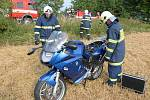 Nehoda u Rozkoše. U Nového Města nad Metují došlo ke střetu motocyklu BMW s vozidle značky Mazda. Motorkář skončil i se svým strojem na poli a utrpěl zranění nohy.