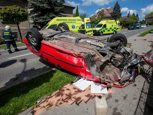 V NOVÉM MĚSTĚ nad Metují včera dopoledne srazil osobní automobil dva chodce.