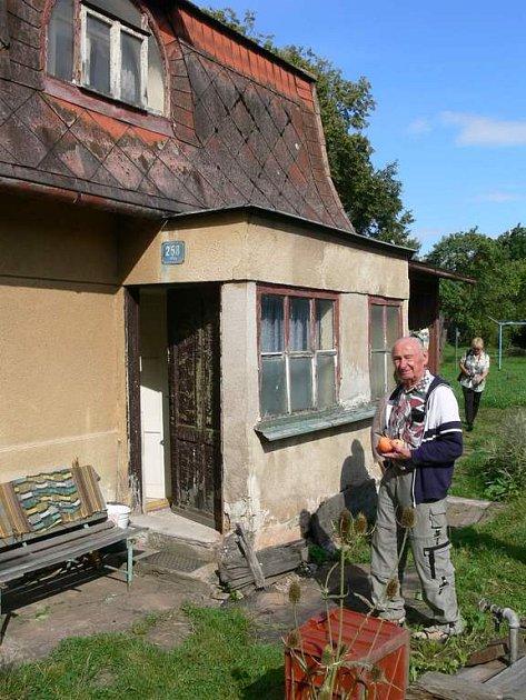 RUDOLF SCHROMM se kromě domku v Křinicích  byl také podívat i na dům v Broumově, kde žil později.