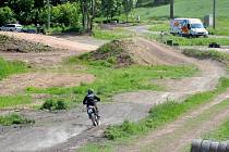 ZÁVODNÍCI NA MOTORKÁCH se v sobotu odpoledne opět proháněli na trati mezi Českou Skalicí a Říkovem.