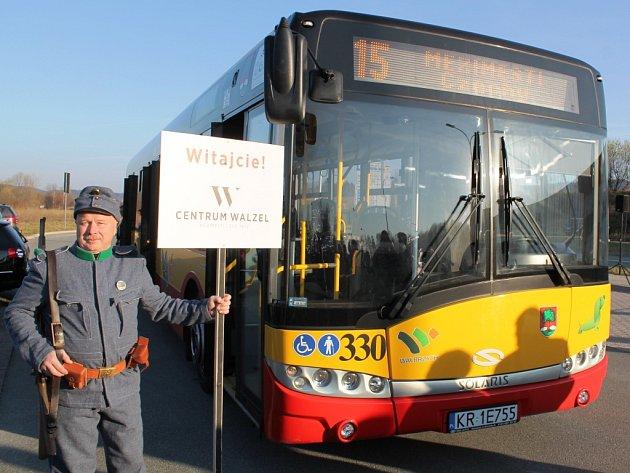 PATRONI LINKY Č. 15. Kromě děkana broumovské farnosti popřáli nové lince bezpečné kilometry i Švejk, symbol meziměstského Centra Walzel, a polský zástupce horníků, který připomněl někdejší hornickou činnost ve Walbrzychu.