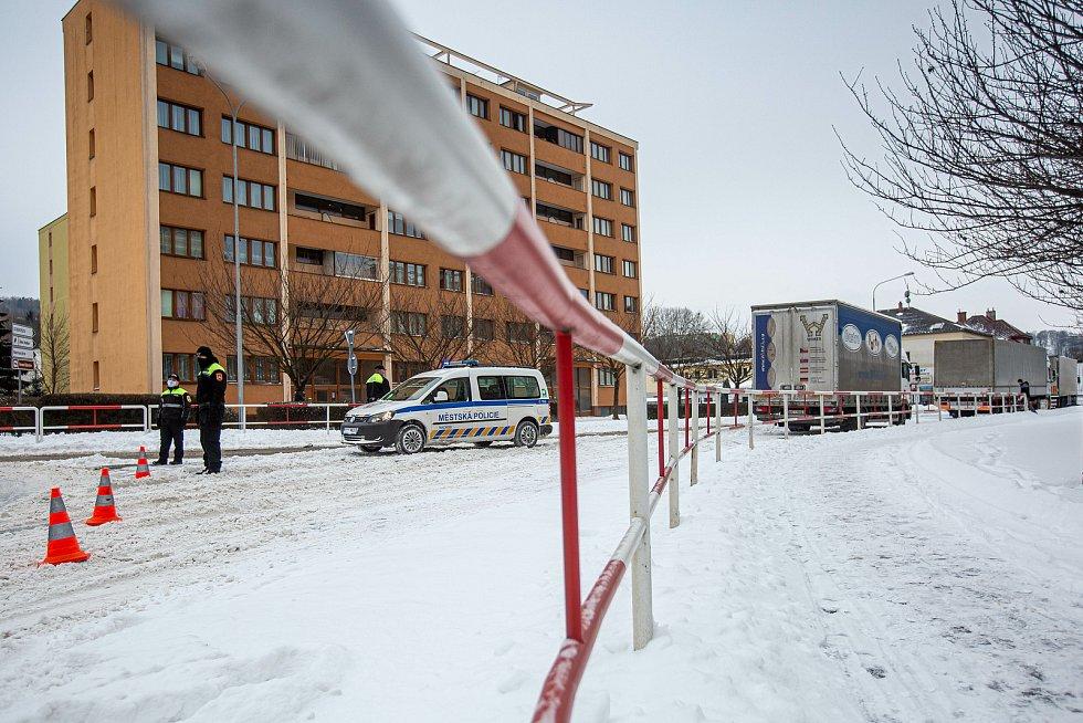 Dopravní koplikace v důsledku silného sněžení. Náchod zablokovali kamiony.