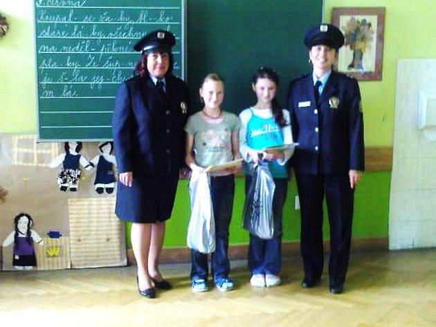 Policistky přišli odměnit a poděkovat přede všemi spolužáky poctivým nálezkyním za jejich čestné a poctivé jednání.