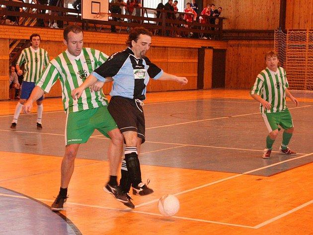 Ležácký turnaj přinesl několik velmi vyrovnaných výsledků, které nahrály nejvíce do not týmu FC Kosáci (v pruhovaném).