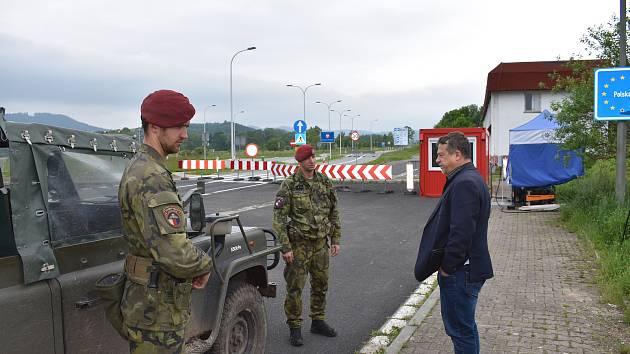 Starosta Meziměstí a krajský radní za oblast regionálního rozvoje a cestovního ruchu Pavel Hečko na stále neprostupném hraničním přechodu ve Starostíně s vojáky ze 43. výsadkového praporu, kteří zde vartují.