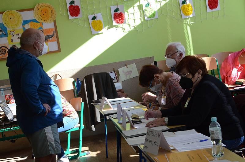 Volby v Základní škole Plhov v Náchodě.