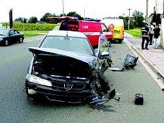 Tři automobily v pondělí krátce před 13 hodinou havarovaly v Jaroměři na Cihelnách. Nehoda dopadla nejhůře pro osobní automobil Peugeot. Do nehody byla zapojena ještě doávka a osobní vůz Opel. Havárie se naštěstí obešla bez zranění osob.