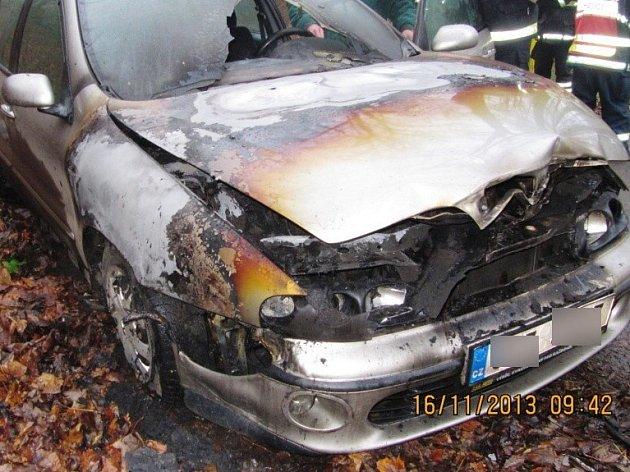 Požár v motorovém prostoru u osobního automobilu Fiat Marea.
