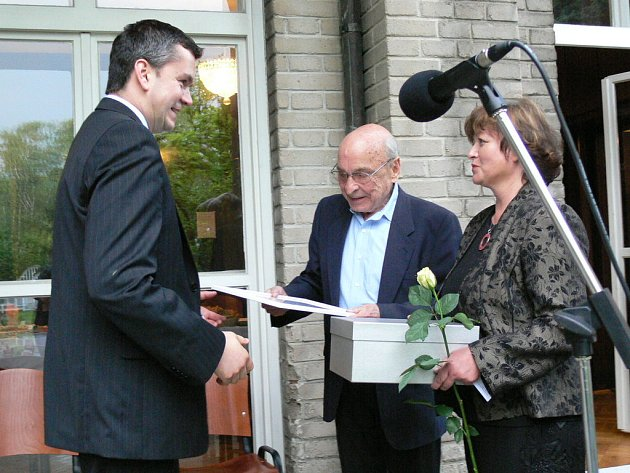 Ladislav Čerych a Hana Šilhanová oceňují jednoho z dárců.