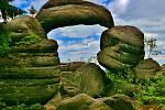 PŘÍRODNÍ TELEVIZE s neokoukaným programem. Kamenná brána je — jeden z hlavních symbolů Broumovských stěn připomínající obří televizi. Je tvořená mohutným obloukovitým kamenem, který je opřený úzkými konci o dva skalní sloupy.