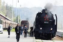 Parní vlak na náchodském nádraží.