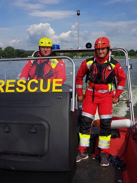 Preventivní objížďky po hladině isledování dění ze břehu – to a mnoho dalších činností patří kpráci dobrovolných záchranářů na Rozkoši.
