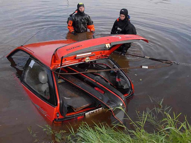 Tahali auto z rybníka.