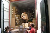 Kontejner plný humanitární pomoci putuje do indické Kolkaty na pomoc pro chudé a malomocné.