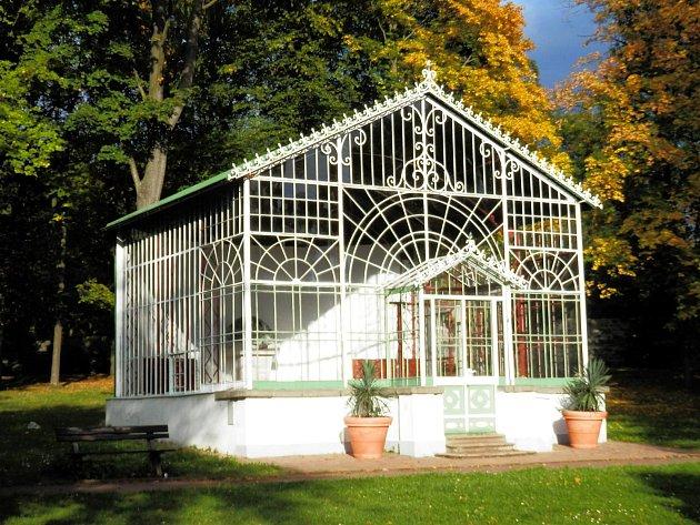 Prosklený altán stojí vbroumovském Schrollově parku. Pochází nejspíš ze začátku 20.století.