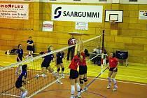 Dvojblok hradeckých Sokolek zastavuje hronovský útok v zápasech, které nakonec skončila v Hronově 0:3 a 3:2.