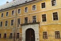ČTVERCOVÁ KASÁRNA v Josefově chátrají. Obnovu by jim mohl přinést projekt věznice.