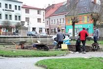 PRAMEN JULINKY na polickém náměstí se dočkal zahájení jeho obnovy.