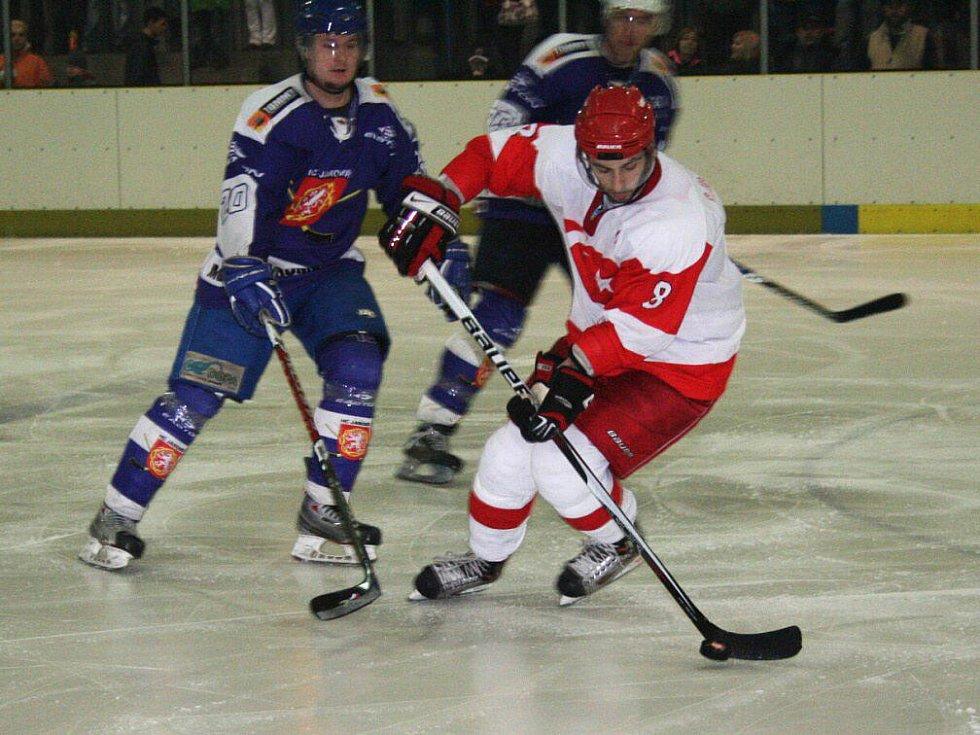 62adf912816bf Hokejisté Jaroměře uzavřeli letošní sezónu atraktivním utkáním, když  hostili na svém ledě před plným stadionem