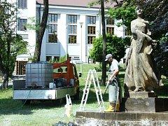 Socha Boženy Němcové ve Smetanových sadech byla po letech vyčištěna a opět září novotou.