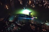 Divokou jízdu Náchodem zakončil neplánovaně pod hadinou řeky Metuje řidič vozidla Volkswagen Passat.