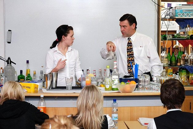 Studenti hotelové školy v Hronově absolvovali barmanský kurz pod vedením Karla Mayera.