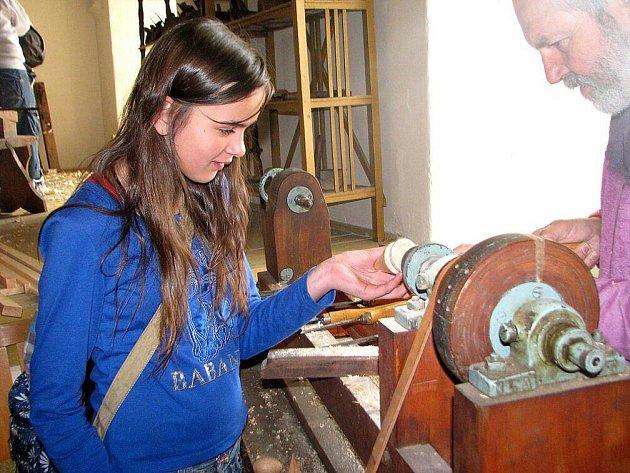 Vyzkoušet na vlastní kůži práci opraváře, švadleny, truhláře či třeba hrnčíře? Takovou příležitost mělo zhruba 220 dětí z Broumovska, které se zúčastnily Řemeslného dne v Polici nad Metují.