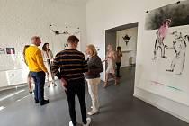Galerie Nola v Náchodě zve do 11. června 2021 na výstavu nazvanou Možností je víc, než si myslíš, která odhaluje tvorbu absolventky Akademie výtvarných umění vPraze Markéty Hlinovské.
