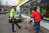 """V rámci kampaně """"Obezřetnost se vyplatí"""" se vydali policisté z Náchodska mezi lidi, aby je varovali před zloději."""