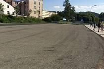 Parkoviště v Raisově ulici v Náchodě.