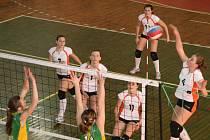 Po domácích vítězstvích nad Karlovými Vary zvítězily náchodské juniorky (v bílém) také na západě Čech a jsou tak už jen krůček od účasti v kvalifikaci o juniorskou extraligu.