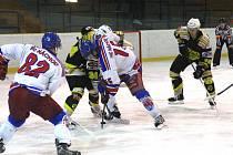 HOKEJISTÉ Náchoda (ve světlém) v prvním utkání semifinálové série nestačili na Nový Bydžov, jemuž podlehli v prodloužení 2:3. Druhé utkání série je na programu ve středu v Bydžově.