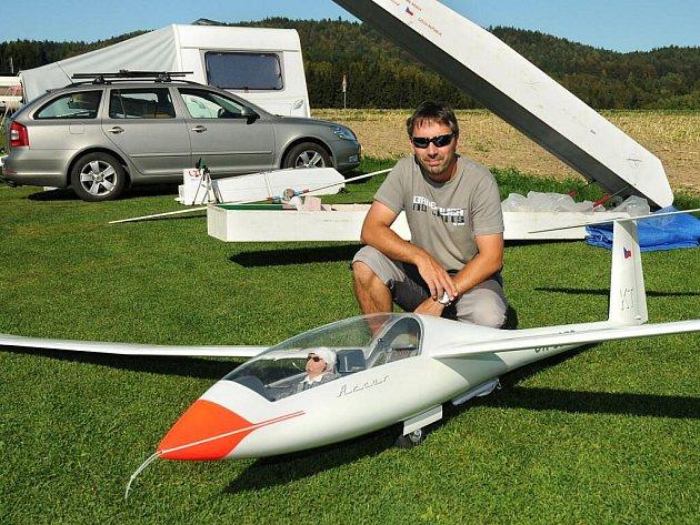 Na sraz modelářů do Velkého Poříčí přijel i Radim Horký  z Jeseníku, který si v letošním roce vybojoval ve Španělsku první místo a stal se tak mistrem světa.