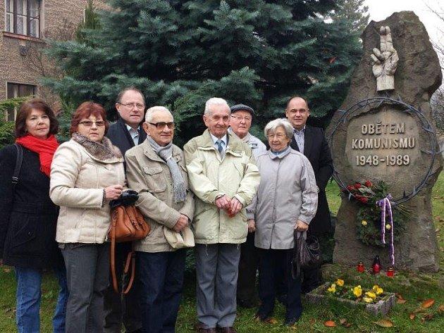 PAMÁTKU UDÁLOSTÍ 17. listopadu 1989 uctili v Náchodě představitelé města spolu se zástupci místní organizace Konfederace politických vězňů.