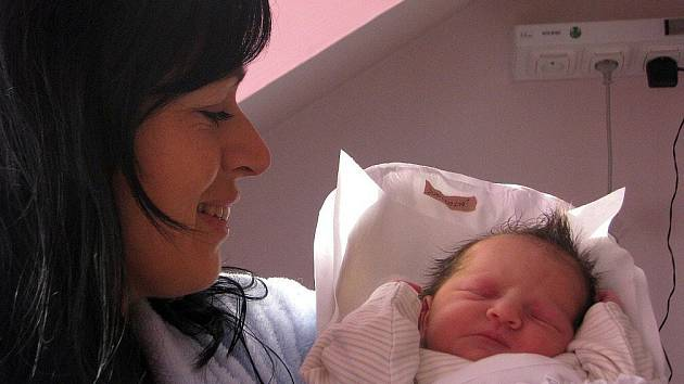 Kristýnka Dusilková z Dobrušky je tisícím miminkem, které se v letošním roce narodilo v náchodské porodnici Oblastní nemocnice Náchod, a.s. Na fotografii s maminkou Veronikou.