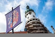 VĚŽ ZÁMKU V NOVÉM MĚSTĚ NAD METUJÍ, které se přezdívá Máselnice, bude mít nový šat. Odívá se do lomené bílé barvy, která by měla odpovídat odstínu po její rekonstrukci před více než sto lety, kterou navrhl proslulý architekt Dušan Jurkovič.